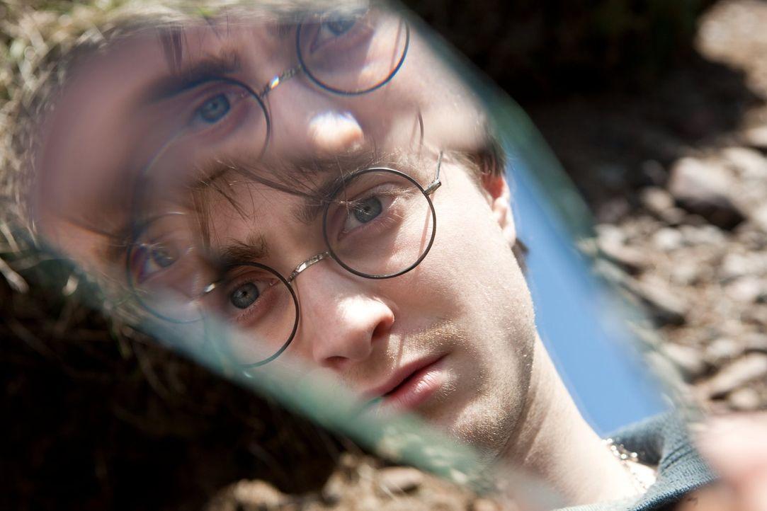 Bei der Suche nach den Horkruxen brauchen Harry (Daniel Radcliffe) und seine Freunde mehr als einmal Hilfe, aber wem können sie noch trauen? - Bildquelle: 2010 Warner Bros.
