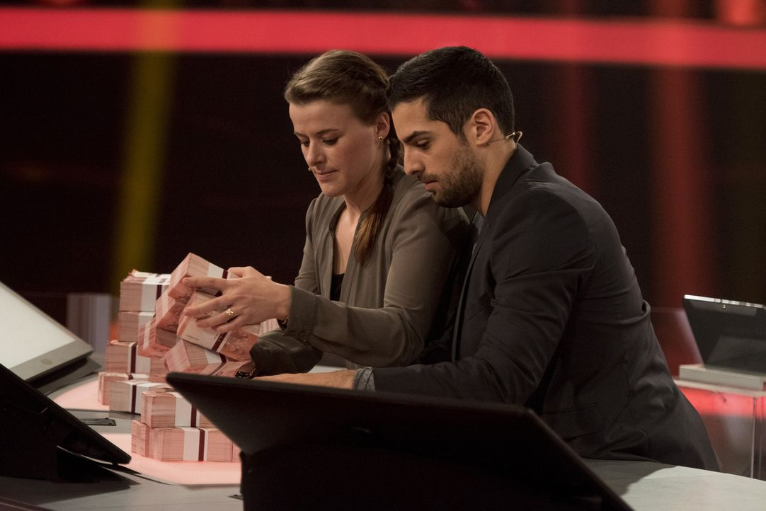 "Zocken in ""Keep Your Money"" mit Wayne Carpendale um bis zu 250.000 Euro: Sozialarbeiterin Angela Gross-Thebing (l.) und Medizinstudent Sofyen Saidi... - Bildquelle: Martin Rottenkolber SAT.1"