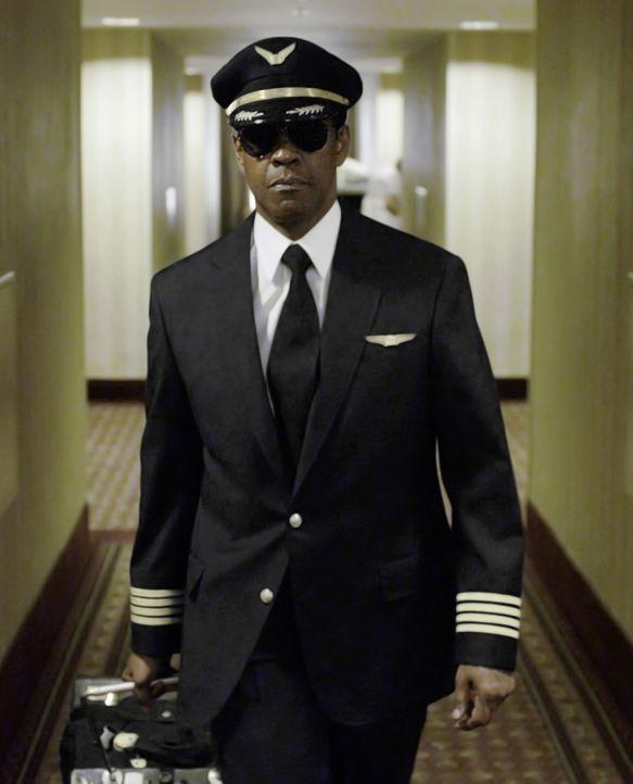 Obwohl er dank einer gezielten Bruchlandung hunderten von Passagieren das Leben gerettet hat, muss Pilot Whip Whitaker (Denzel Washington) nun um se... - Bildquelle: Robert Zuckerman 2012 PARAMOUNT PICTURES. ALL RIGHTS RESERVED. / Robert Zuckerman