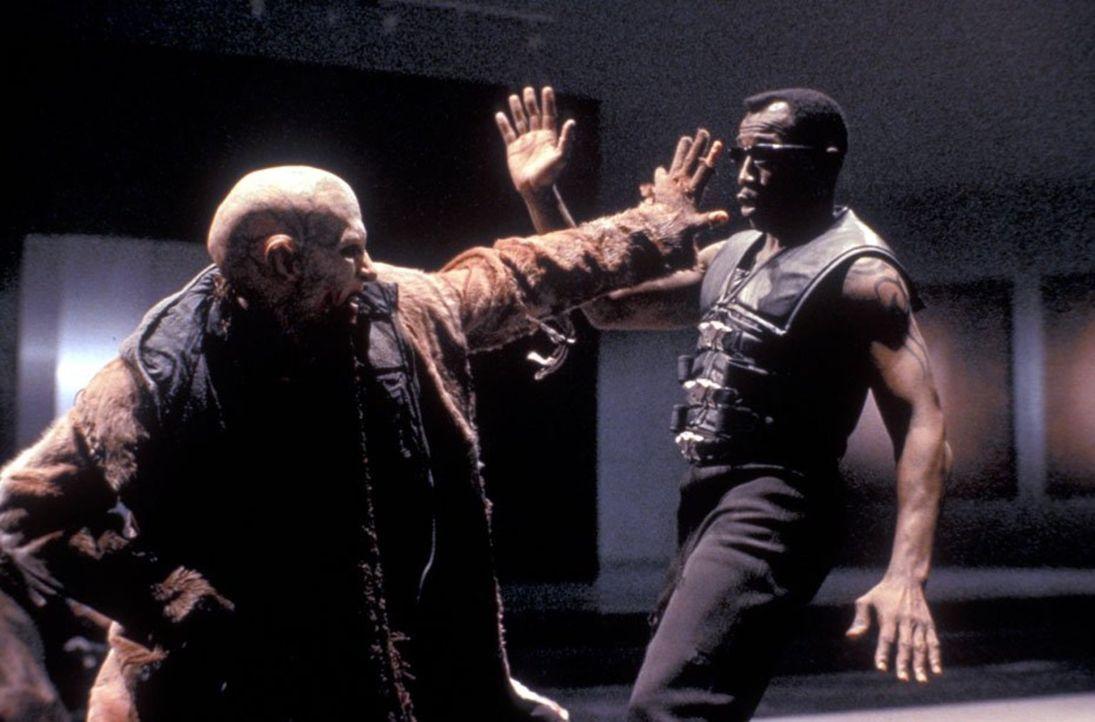 Zwischen Blade (Wesley Snipes, r.) und Nomak (Luke Goss, l.) entbrennt ein Kampf auf Leben und Tod ... - Bildquelle: New Line Cinema