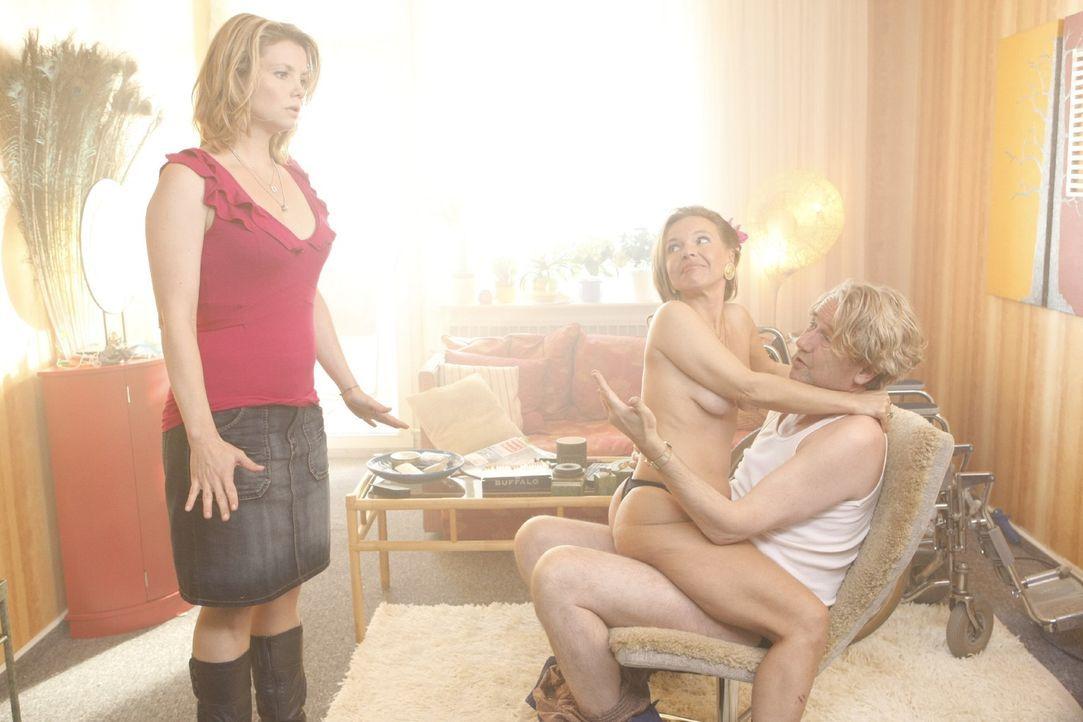 Danni (Annette Frier, l.) kann es nicht fassen: Nicht nur, dass sie ihren Vater Kurt (Axel Siefer, r.) bei sich wohnen lassen muss, da bestellt er s... - Bildquelle: SAT.1