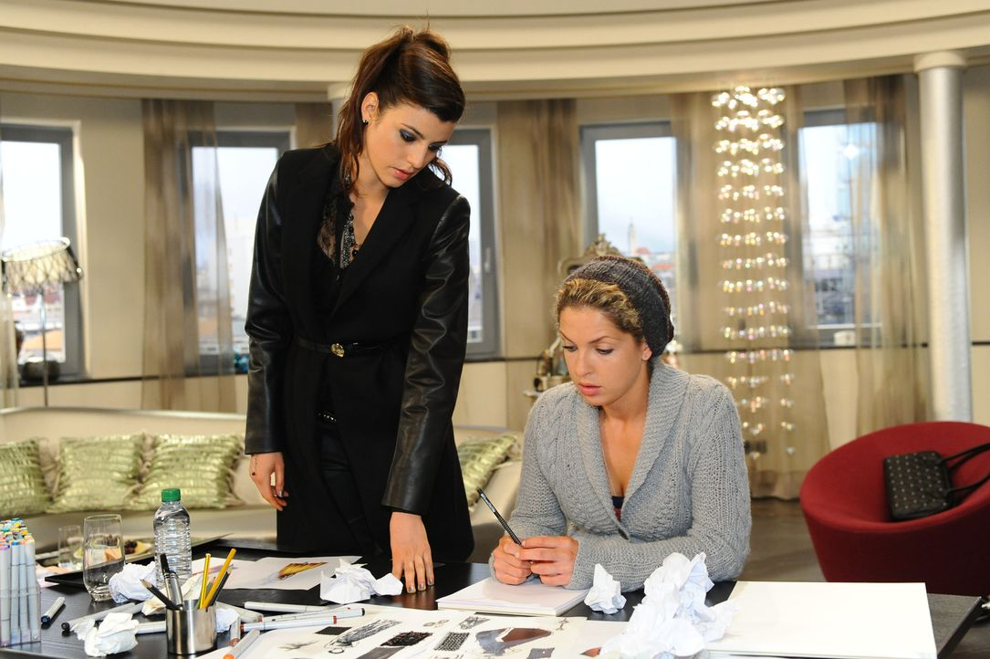 Nina (Maria Wedig, r.) lässt sich von Carla (Sarah Mühlhause, l.) überreden, weitere Entwürfe für das Oscar-Kleid zu zeichnen ... - Bildquelle: SAT.1