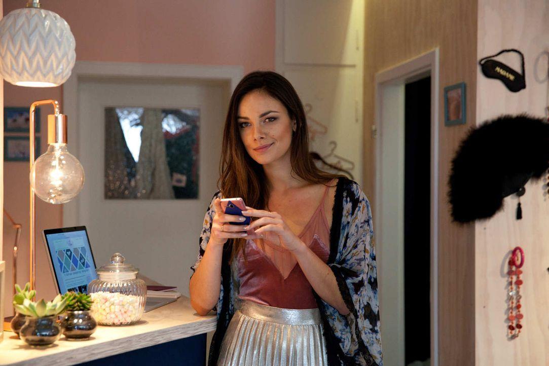 Jens neue Freundin Susie (Janina Uhse) ahnt nicht, dass sie der totalen Überwachung ausgesetzt ist - mit unangenehmen Folgen ... - Bildquelle: Maor Waisburd SAT.1