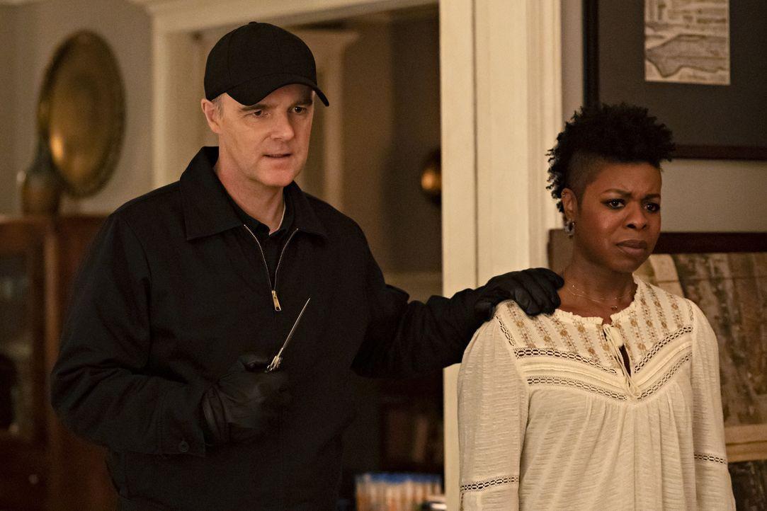 Der Knochensammler (Brian O'Byrne, l.); Claire (Roslyn Ruff, r.) - Bildquelle: Barbara Nitke 2020 NBCUniversal Media, LLC / Barbara Nitke