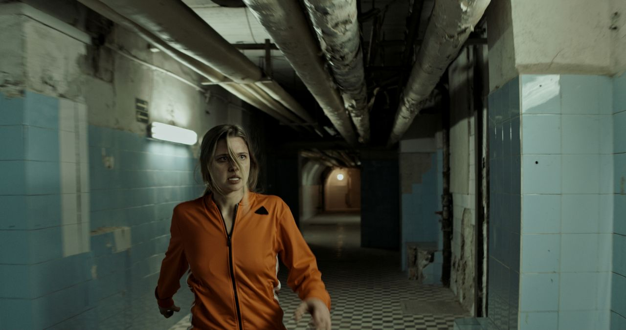 Kann sich Jana (Svenja Jung) auf eigene Faust aus den Fängen ihres Entführers befreien? - Bildquelle: Sonja Rom Sat.1/Sonja Rom