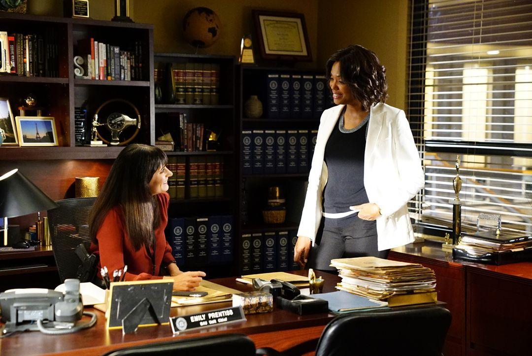 Im Büro sprechen Emily (Paget Brewster, l.) und Tara (Aisha Tyler, r.) über ihren Urlaub - als Prentiss über einen neuen Fall informiert wird ... - Bildquelle: Disney Media Distribution