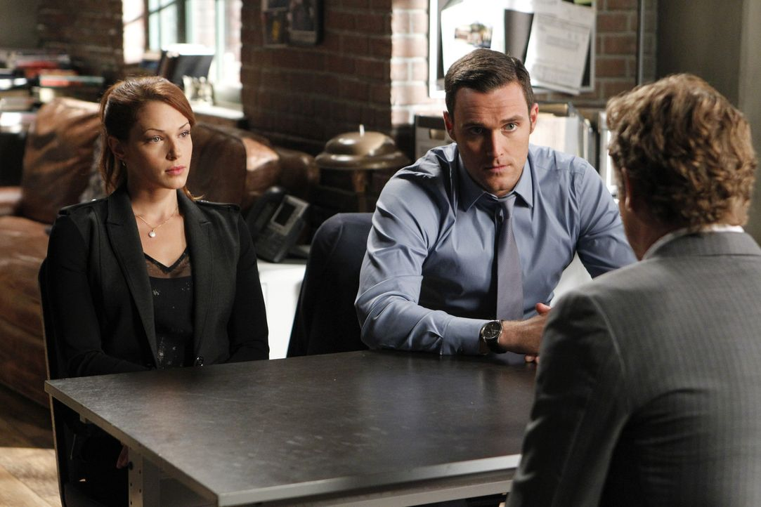 Ein neuer Fall beschäftigt Grace (Amanda Righetti, l.), Wayne (Owain Yeoman, 2.v.l.) und Patrick (Simon Baker, r.) ... - Bildquelle: Warner Bros. Television