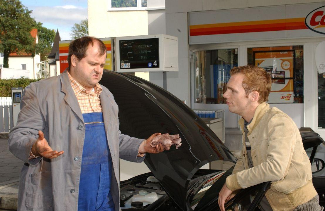 An der Tankstelle: Markus Majowski (l.) und Ralf Schmitz (r.) - Bildquelle: Stephen Power Sat.1