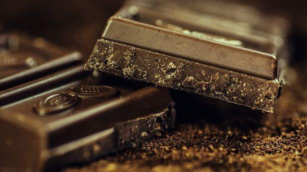 Echte Naschkatzen werden das Eierlikör-Rezept mit Schokolade lieben.