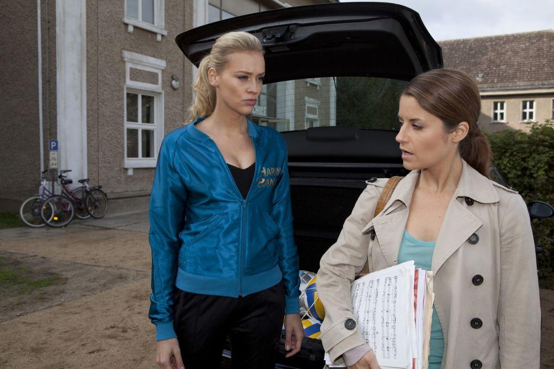 Ben hört zufällig wie, Bea (Vanessa Jung, r.) von Alexandra (Verena Mundhenke, l.) als Mörderin bezeichnet wird ... - Bildquelle: SAT.1