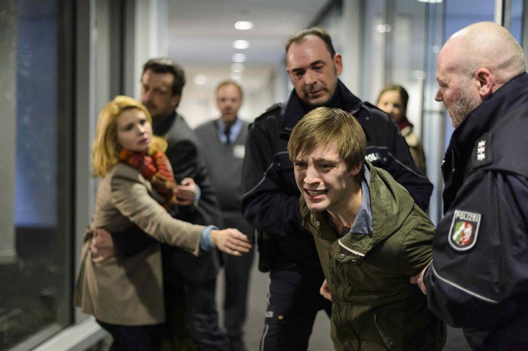 Auch die resolute Claudia (Annette Frier, l.) kann nicht verhindern, dass die Polizei ihren erst 16-jährigen Sohn Daniel (Jonas Nay, 2.v.r.) verhaf... - Bildquelle: Willi Weber SAT.1