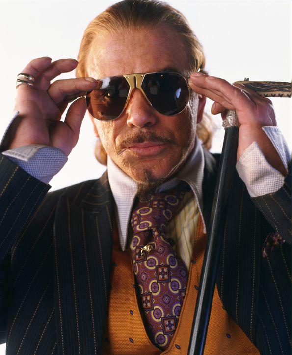 Noch ahnt niemand, dass der Millionär Darrius Sayle (Mickey Rourke) einen bitterbösen Plan hegt ... - Bildquelle: Liam Daniel Samuelsons / IoM Film. / Liam Daniel