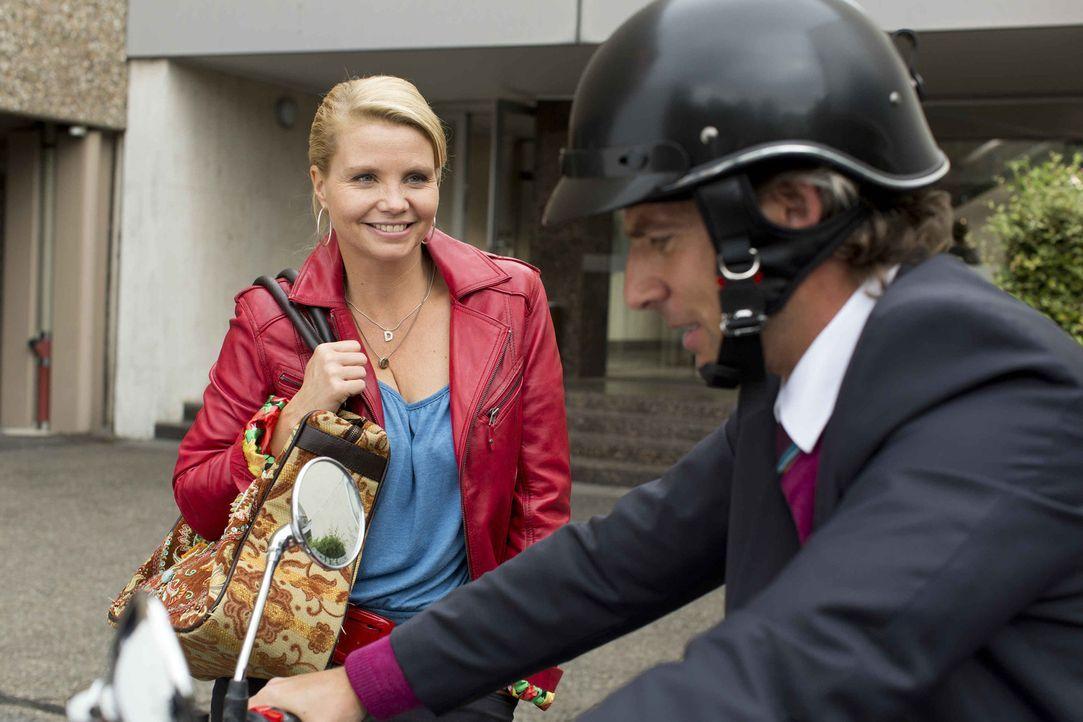 Während sich Danni (Annette Frier, l.) zu Staatsanwalt August von Grün (René Steinke, r.) hingezogen fühlt, legt sich ihr Verehrer Kiezkönig Pi... - Bildquelle: Frank Dicks SAT.1