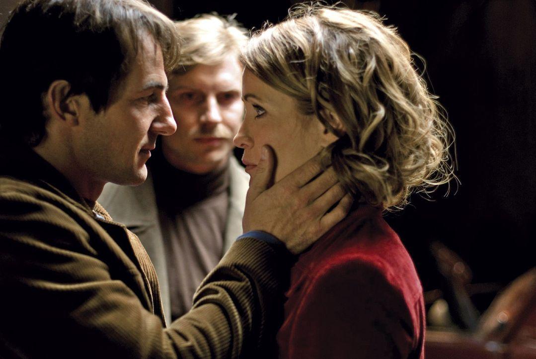 Andreas (Hans-Werner Meyer, l.) verspricht beim Abschied, dass er Katja (Anja Kling, r.) nach seiner Flucht bald nachholen wird. Auch Katjas Bruder... - Bildquelle: Dirk Plamböck Sat.1