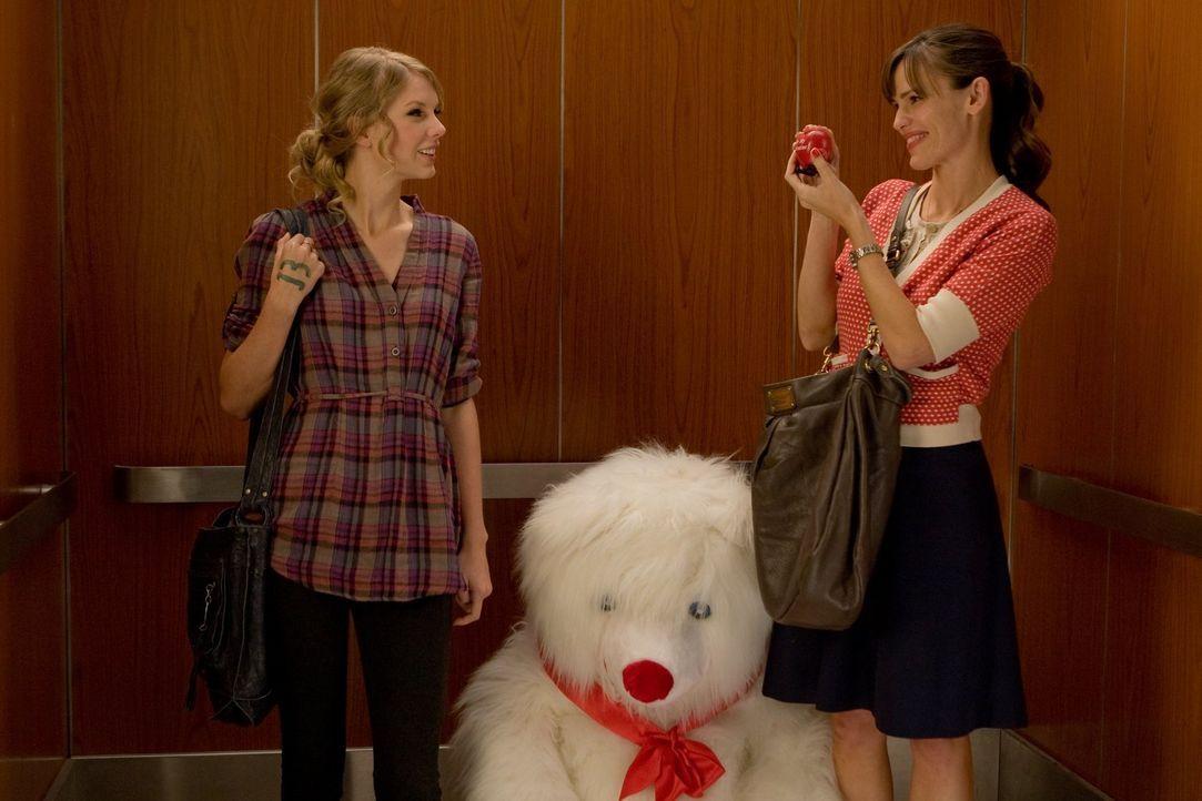 Dieser Valentinstag halt für Felicia (Taylor Swift, l.) und Julia Fitzpatrick (Jennifer Garner, r.) einige Überraschungen bereit - schöne und wenige... - Bildquelle: 2010 Warner Bros.