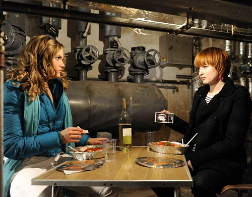 Sophie (Franciska Friede, r.) gesteht Caro (Sonja Bertram, l.), dass sie am liebsten nach Australien verschwinden würde, dafür aber Geld braucht.... - Bildquelle: Christoph-Assmann - Sat1