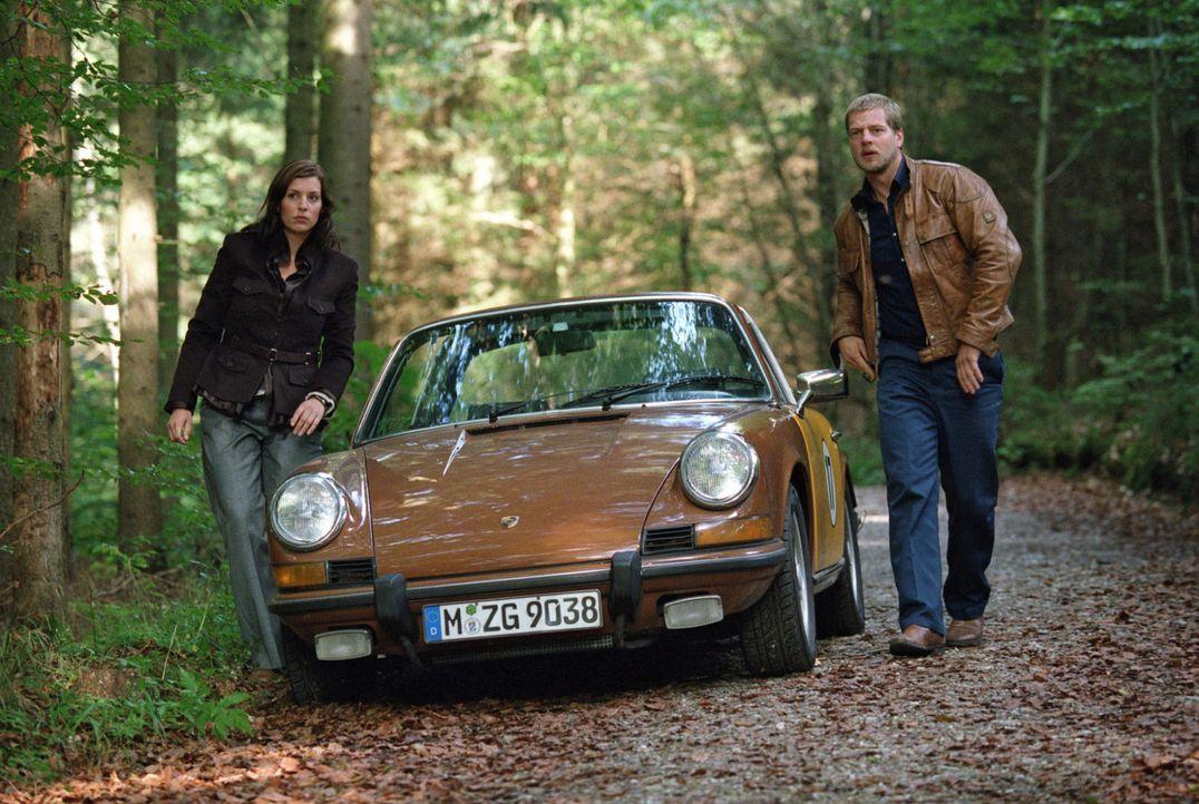 Millionär Leissen fährt nicht in die Stadt, um sich mit seinem Banker zu treffen, sondern in ein Waldgebiet. Nina (Elena Uhlig, l.) und Leo (Henni... - Bildquelle: Sat.1