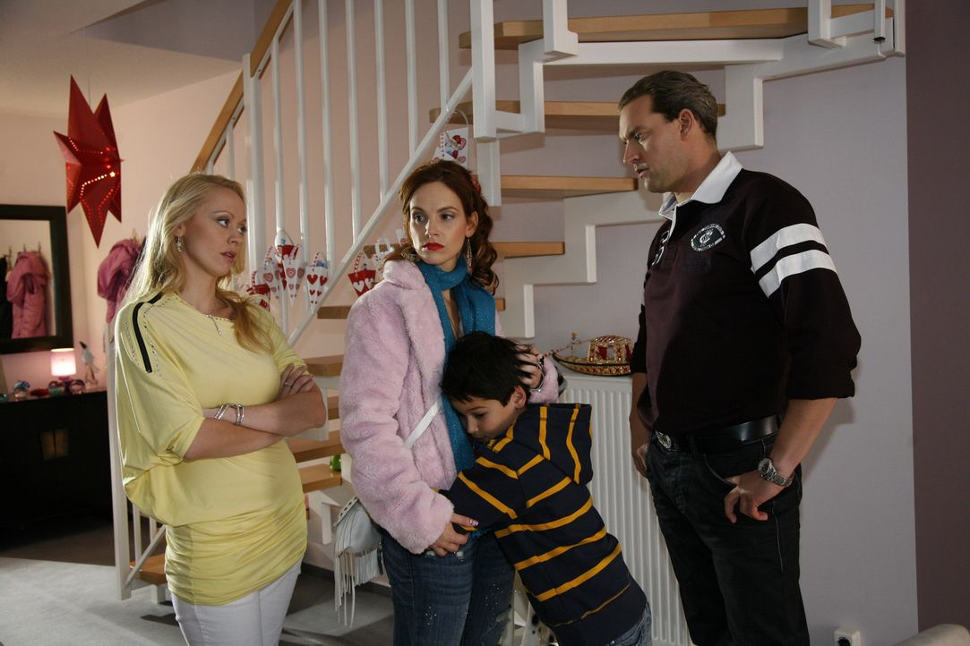 Manu (Marie Zielcke, 2.v.l.) kann Daniel (Alexander Türk, 2.v.r.) wegen Julius' Geburtstagsfeier nicht wie verabredet zum Übernachten abholen. Um... - Bildquelle: SAT.1