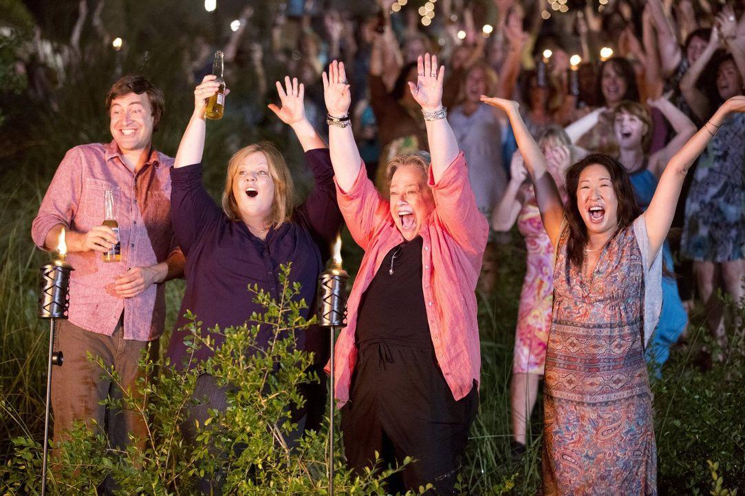 Versuchen, Tammy (Melissa McCarthy, 2.v.l.) auf ihrer Lesben-Party mit Bobby (Mark Duplass, l.) zu verkuppeln: Leonore (Kathy Bates, 2.v.r.) und Sus... - Bildquelle: Warner Bros. Television