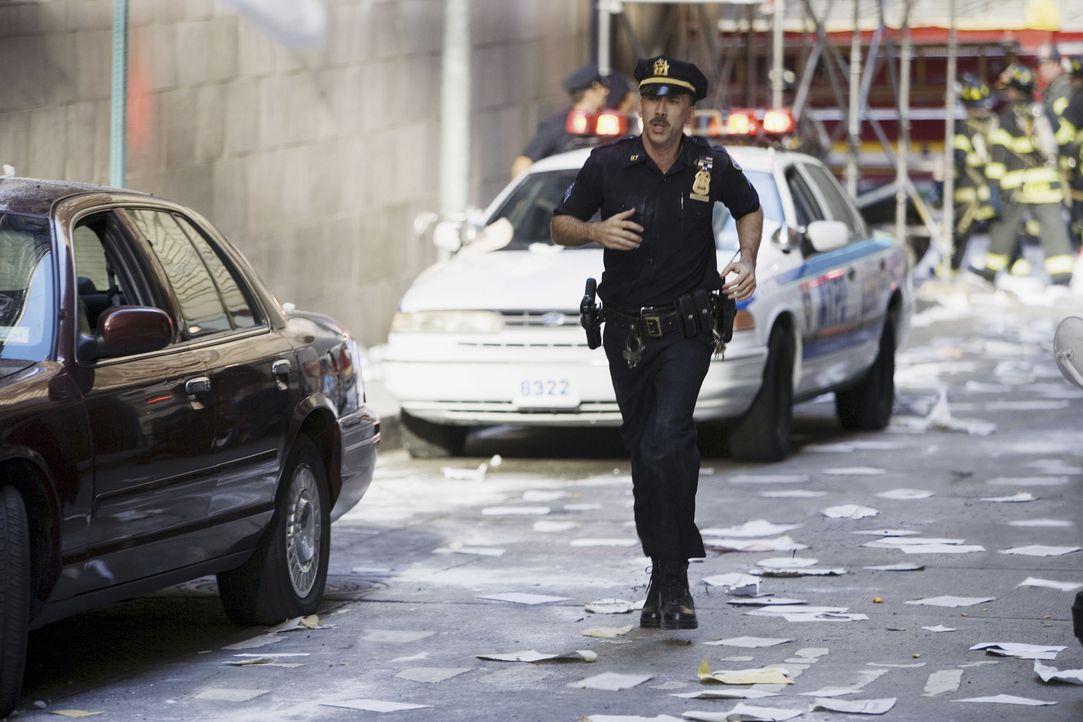 Wie tausende anderer eilt John McLoughlin (Nicolas Cage) zum World Trade Center, um zu helfen. Doch auf dem Weg zu helfen, wird er unter den Trümmer... - Bildquelle: TM & © Paramount Pictures. All Rights Reserved.