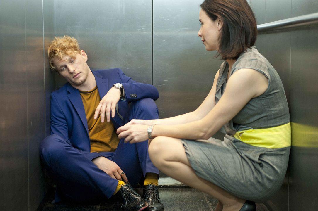 Obwohl Sascha (Lucas Prisor, l.) ihr eine Zukunft mit Axel zerstört hat, kann und will Nicky (Katharina Müller-Elmau, r.) ihn nicht aus der Firma... - Bildquelle: Britta Krehl SAT.1