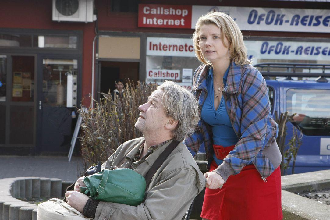 Um Checker vorm Einschläfern zu schützen, nimmt Danni (Annette Frier, r.) ihn zu sich und Kurt (Axel Siefer, l.). Doch als ein Jugendlicher aus de... - Bildquelle: SAT.1