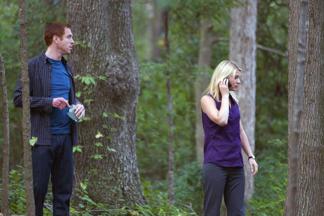 Nicht mit seiner Familie, sondern mit Carrie (Claire Danes, r.) verbringt Brody (Damian Lewis, l.)ein feuchtfröhliches  Wochenende im Wald ... - Bildquelle: 20th Century Fox International Television