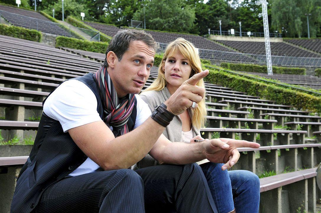 Martin (Ralf Bauer, l.) und Claudia (Sophie Schütt, r.) besuchen Orte, die für Martins Karriere wichtig waren. Claudia hofft, dass Martin wieder G... - Bildquelle: Christiane Pausch Sat.1