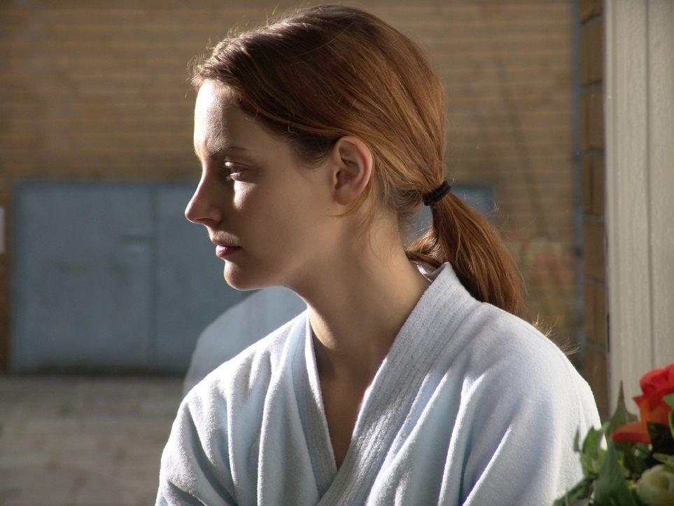 Andrea (Marie Zielcke) wartet in der Klinik auf die Ergebnisse der Mammografie. - Bildquelle: Sat.1