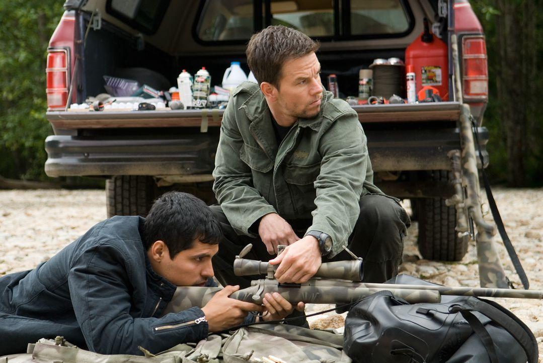 Vom Jäger zum Gejagten: Swagger (Mark Wahlberg, r.) wird wegen eines Attentates auf den Präsidenten gejagt. Nur FBI Agent Nick Memphis (Michael Pena... - Bildquelle: 2007 by PARAMOUNT PICTURES. All Rights Reserved.