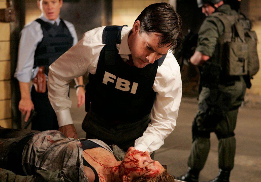 In letzter Sekunde retten Emily und Hotch (Thomas Gibson, oben) die Prostituierte Maggie Bre Blair (liegend), die der Serienmörder Charles gerade ve... - Bildquelle: Touchstone Television