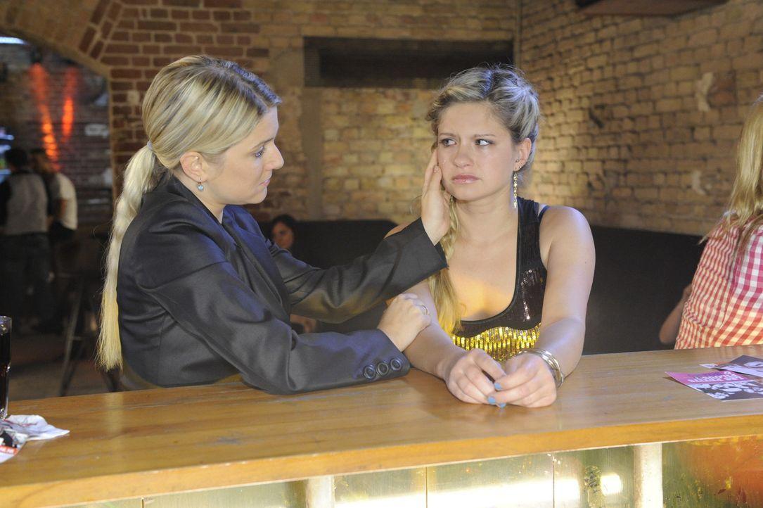 Anna (Jeanette Biedermann, l.) und Jojo suchen Mia (Josephine Schmidt, r.) im Club auf und machen ihr klar, dass sie für sie da sind ... - Bildquelle: SAT.1