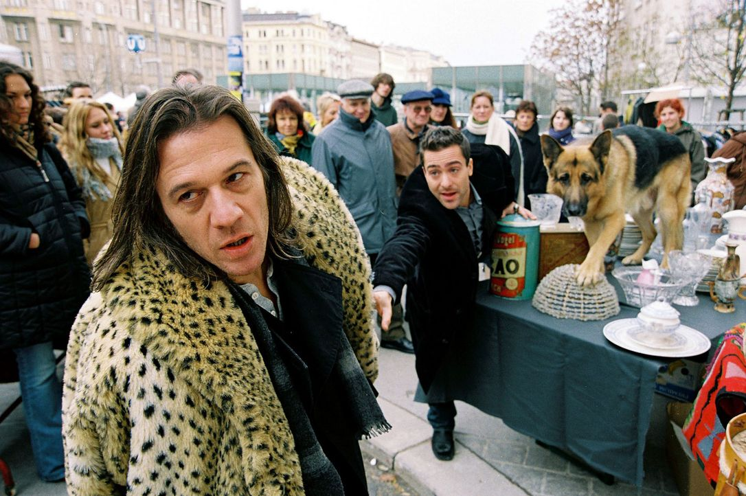 Rex und Marc (Alexander Pschill, M.) verfolgen den verdächtigen Flohmarkthändler Paul Rohrbach (Johannes Nikolussi, l.) ... - Bildquelle: Sat.1