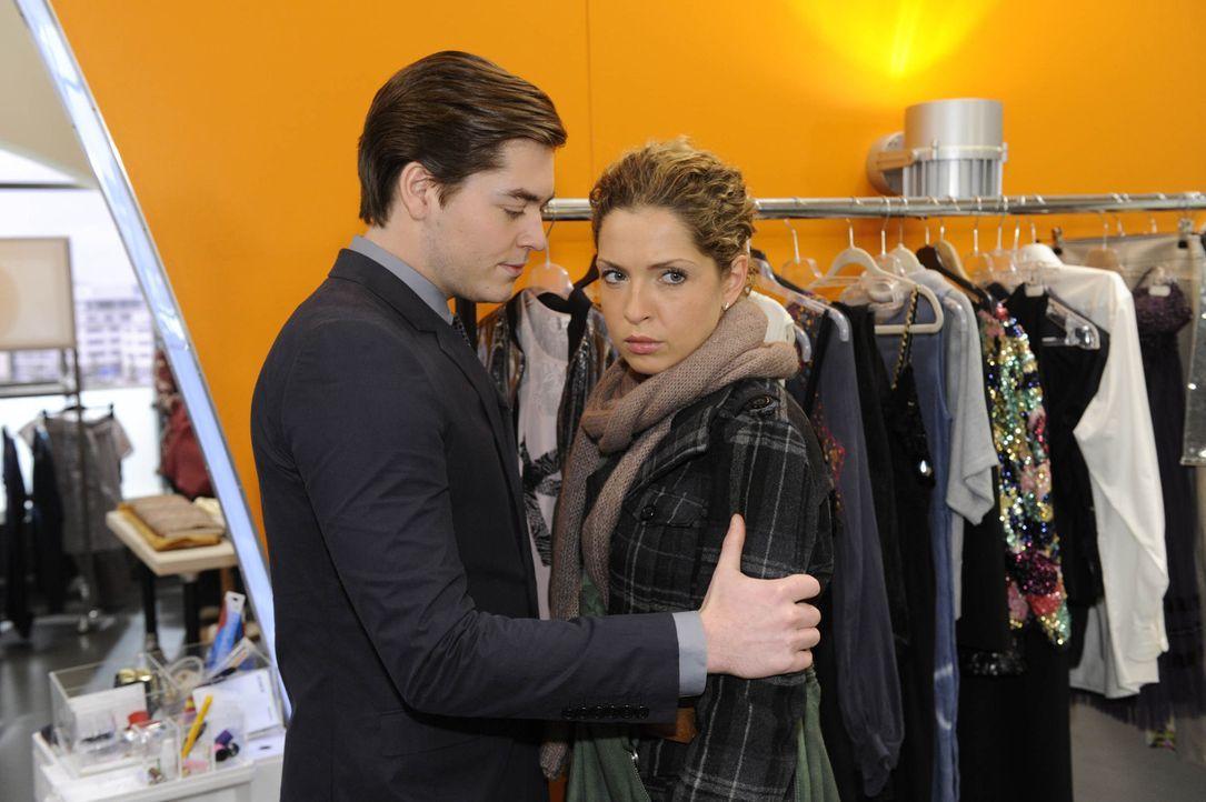 Nina (Maria Wedig, r.) will zu Carla und gerät an Kai (Frederic Böhle, l.), der seinen Plan unbeirrt verfolgt ... - Bildquelle: SAT.1