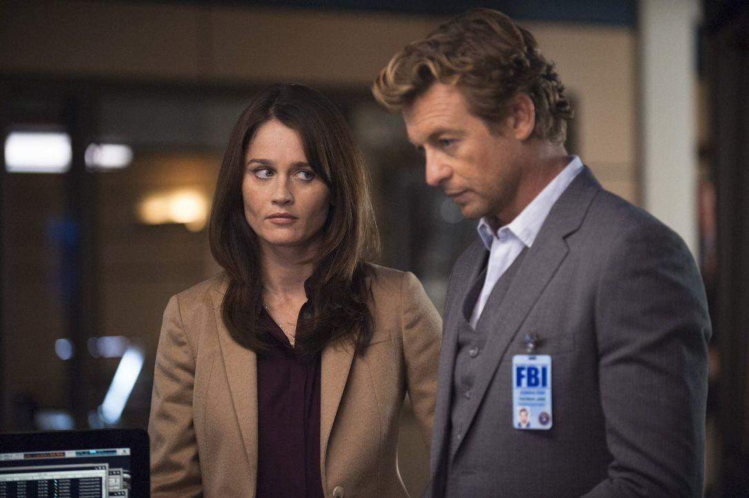 Der Agent der Drogenbehörde DEA Bill Peterson will die Karriere von FBI-Agent Dennis Abbott und seiner Frau Lena zerstören, Jane (Simon Baker, r.) u... - Bildquelle: Warner Bros. Television