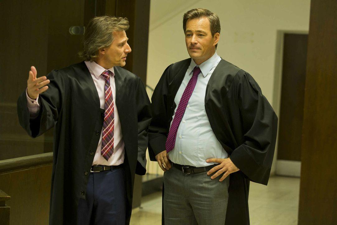 Danni ist etwas verwirrt, als nicht nur Staatsanwalt August von Grün (Rene Steinke, l.) sondern auch Oliver Schmidt (Jan Sosniok, r.) vor ihr stehe... - Bildquelle: Frank Dicks SAT.1