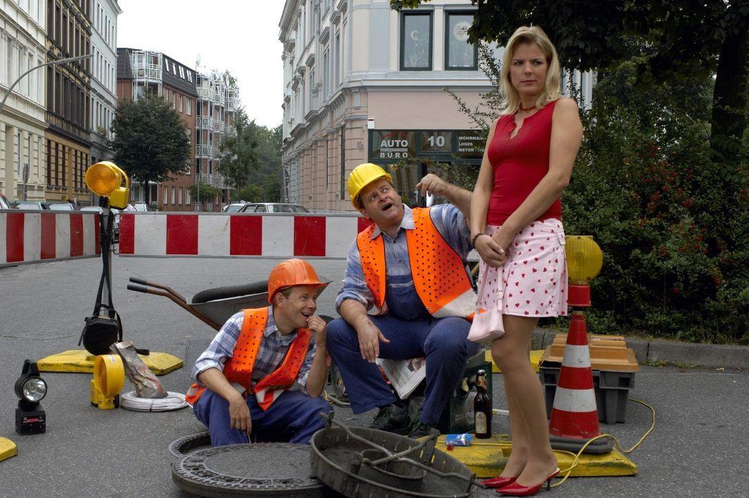 Die intellektuellen Bauarbeiter Markus (Markus Majowski, M.) und Mathias (Mathias Schlung, l.) beweisen Mirja (Mirja Boes, r.), dass sie mehr könne... - Bildquelle: Sat.1