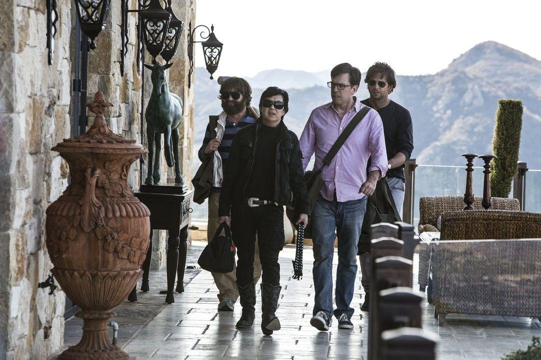 Gehen Leslie Chow (Ken Jeong, 2.v.l.) gehörig auf den Leim: (v.l.n.r.) Alan (Zach Galifianakis), Stu (Ed Helms) und Phil (Bradley Cooper) ... - Bildquelle: 2013 Warner Brothers