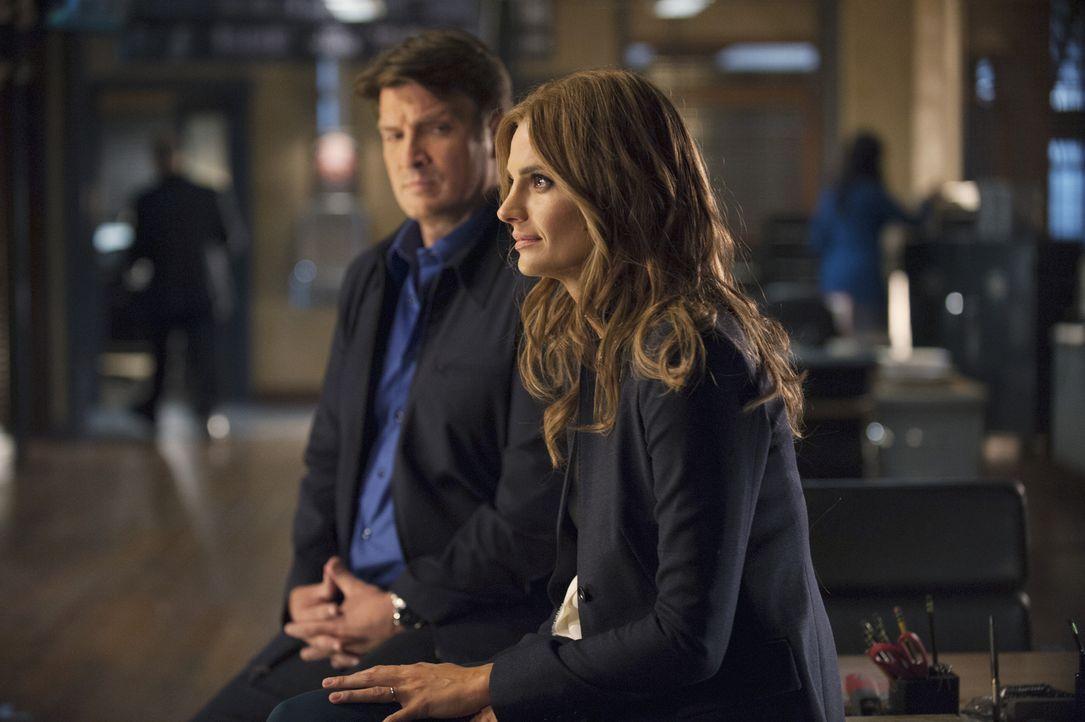 Castle (Nathan Fillion, l.) und Beckett (Stana Katic, r.) arbeiten beruflich zusammen, um einen Mord aufzuklären, doch privat läuft es bei dem Paar... - Bildquelle: Greg Gayne 2015 American Broadcasting Companies, Inc. All rights reserved.
