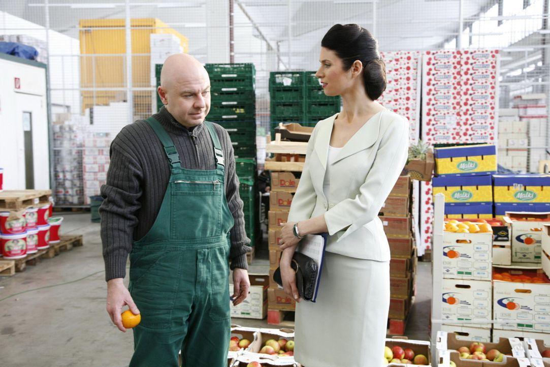 Gina (Elisabeth Sutterlüty, r.) macht sich über Olivers (Prodromos Antoniadis, l.) neuen Job lustig. - Bildquelle: SAT.1