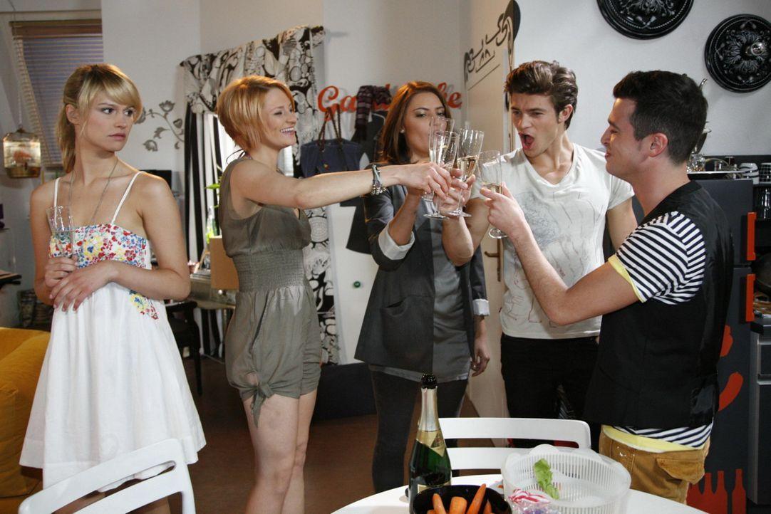 Während sich Jana (Ronja Peters, 2.v.l.), Chris (Sophia Thomalla, M.) und Bilge (Olgu Caglar, r.) freuen, dass Moritz (Eugen Bauder, 2.v.r.) in die... - Bildquelle: SAT.1