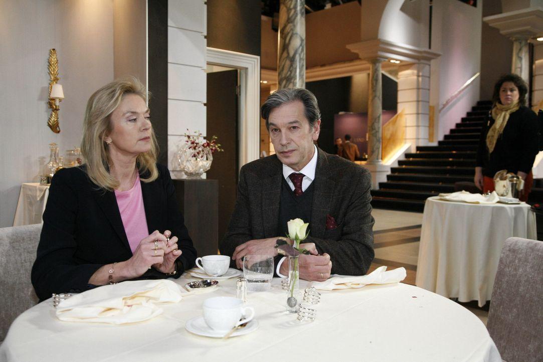 Elisabeth (Birte Berg, l.) ist enttäuscht von Julius (Günter Barton, r.) und macht ihm klar, dass er zu weit gegangen ist ... - Bildquelle: SAT.1