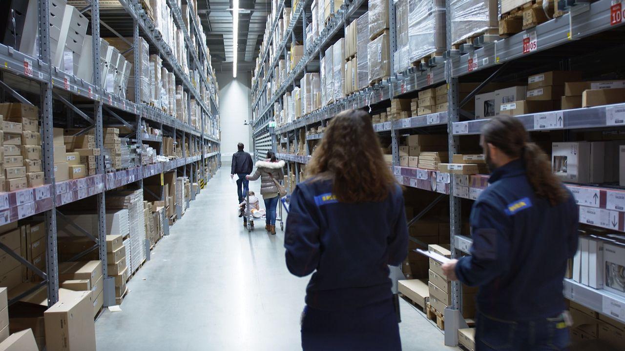 Lange Reihen und hohe Regal: Bei IKEA holt sich der Besucher die Ware noch selber direkt aus dem Lager. Ist das die neue Generation der Warenhäuser? - Bildquelle: SAT.1