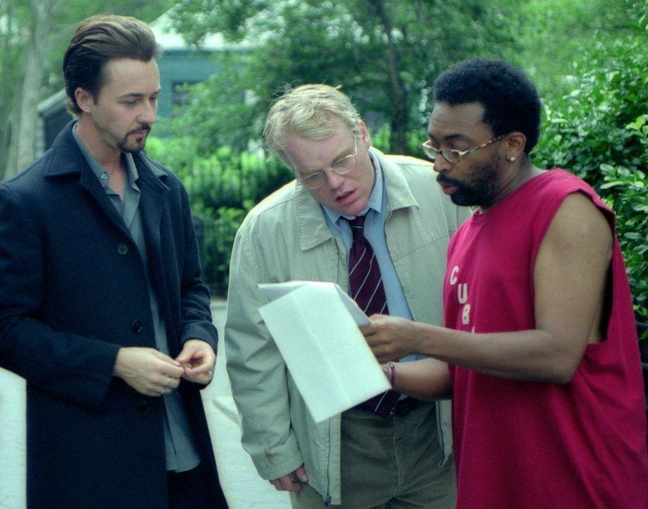 Regisseur Spike Lee, r. mit seinen beiden Hauptdarstellern Edward Norton, l. und Philip Seymour Hoffman, M. - Bildquelle: Touchstone Pictures