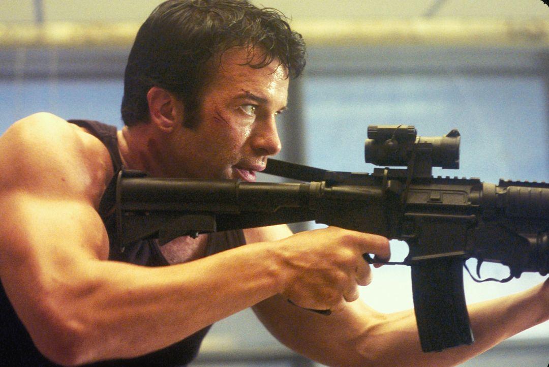 Getrieben von fulminanten Rachegefühlen bereitet Frank (Thomas Jane) seinen Feldzug vor. Er rüstet sich mit einem üppigen Waffenarsenal aus und sond... - Bildquelle: Sony Pictures Television International. All Rights Reserved.