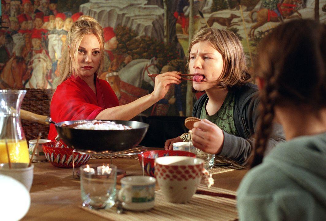 Arend (Benjamin Seidel, M.) und Antonia (Pauline Freidl, r.) müssen sich an die von Mechthilde (Eva Hassmann, l.) eingeforderten Tischmanieren erst... - Bildquelle: Sat.1