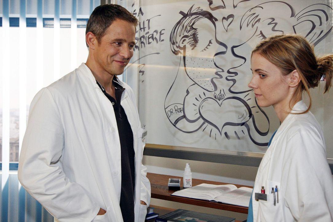 Luisa (Jana Voosen, r.) und Stephan (Andreas Brucker, l.)  entdecken eine Karikatur, die sie beide zeigt ... - Bildquelle: Mosch Sat.1