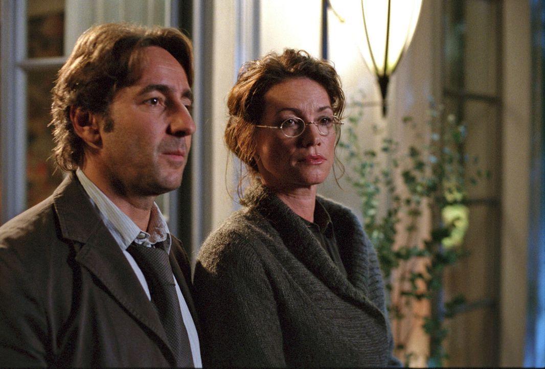 Thomas (Dieter Landuris, l.) und Susanne (Sabine Vitua, r.) denken an gute alte Zeiten - und über ihre Ehe nach ... - Bildquelle: Sat.1