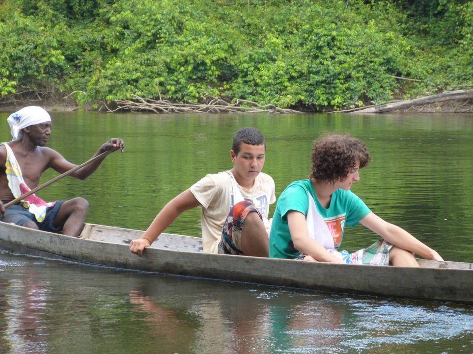 In Suriname sollen Cihan (M.) und Jonas (r.) lernen, was es bedeutet, Verantwortung zu übernehmen ... - Bildquelle: SAT.1