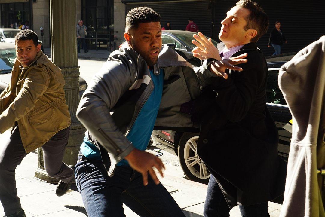 Warum versucht Bolt (Roshawn Franklin, M.) der Verhaftung durch Esposito (Jon Huertas, l.) und Kevin (Seamus Dever, r.) zu entkommen, wenn er doch u... - Bildquelle: Richard Cartwright ABC Studios
